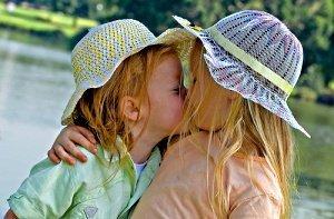 дети, девочки, малыши, целуются, лето