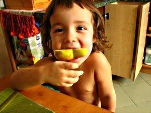 малыш, ест, груша
