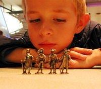 ребенок, мальчик, грустит, солдатики
