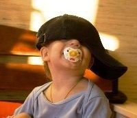 Психологическая диагностика для детей, ребенок, малыш, мальчик, в кепке, с соской