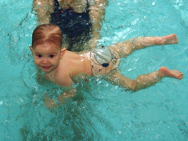 Учим малыша плавать