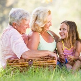 Бабушки и дедушки в воспитании ребенка