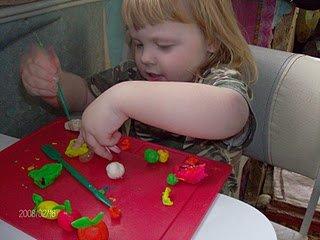 Развиваем ручки с пластилином