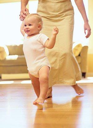 Первый год жизни ребенка: первые шаги